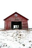 Gammal röd ladugård i insnöade Illinois Arkivfoto