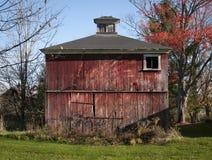 Gammal röd ladugård i nordliga Vermont royaltyfri fotografi