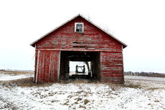 Gammal röd ladugård i vintern insnöade Illinois Arkivbilder