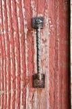 Gammal röd ladugård med det rostiga handtaget royaltyfri foto