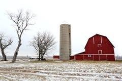 Gammal röd ladugård och kala träd i Illinois Arkivfoton