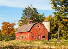 Gammal röd ladugård och silo royaltyfria bilder