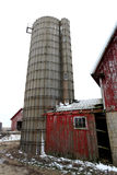 Gammal röd ladugård och silo i Illinois Royaltyfri Foto