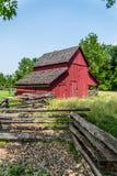 Gammal röd ladugård på en lantgård Arkivbild