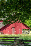 Gammal röd ladugård på en lantgård Arkivfoton