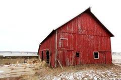Gammal röd ladugård på en snöig dag i Illinois Fotografering för Bildbyråer