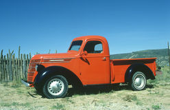 gammal röd lastbil Fotografering för Bildbyråer