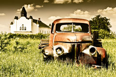 gammal röd lastbil för lantgård Fotografering för Bildbyråer