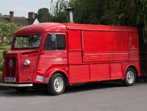 Gammal röd leverans- och glasslastbil Royaltyfria Foton