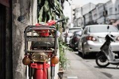 Gammal röd motorcykel Arkivfoto