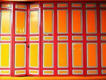 Gammal röd och gul dörr Arkivbilder