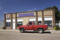 Gammal röd pickup royaltyfri fotografi