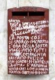 Gammal röd postbox som dekoreras med grafitti Arkivbild