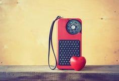 Gammal röd radio och hjärta Royaltyfria Foton