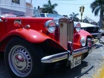 Gammal röd serie T för MG TA roadsterdvärgliknande person i Lima Arkivbild