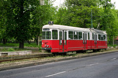 Gammal röd spårvagn i Miskolc, Ungern Royaltyfri Fotografi