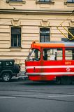 Gammal röd spårvagn i Prague Royaltyfria Foton