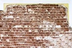 Gammal röd tegelsten som lägger på bakgrunden av en återställd vägg arkivbilder