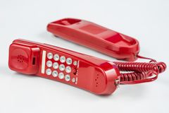 Gammal röd telefon med en telefonlur En telefonuppsättning från ninetiesna arkivbild