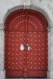 Gammal röd trädörr i slott Royaltyfri Fotografi