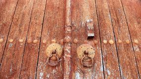 Gammal röd träkyrklig dörr fotografering för bildbyråer
