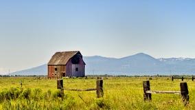 Gammal röd träladugård, Oregon arkivfoton