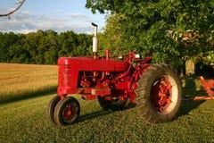 gammal röd traktor Arkivbild