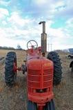 gammal röd traktor Arkivfoton