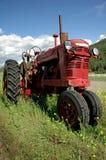 gammal röd traktor för lantgård Fotografering för Bildbyråer