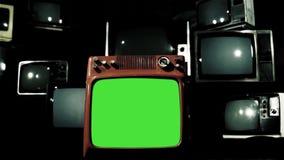 Gammal röd tvgräsplanskärm med många 80-taltv:ar Dolly In Shot Järnfärgsignal lager videofilmer