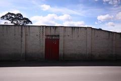 gammal röd väggwhite för dörr Royaltyfri Fotografi