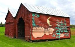 Gammal röd Virginia ladugård med höstmålningen arkivbilder