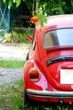 Gammal röd Volkswagen Beetle bil Royaltyfria Foton