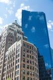 Gammal rödbrun sandstenlägenhet och modernt blått Glass torn Royaltyfri Fotografi