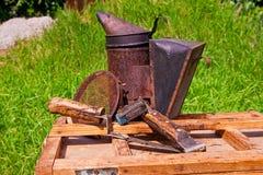 Gammal rökare och andra hjälpmedel på träasken Arkivbild