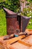 Gammal rökare på träasken Fotografering för Bildbyråer