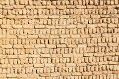 Gammal radhusvägg för forntida islamiska arabiska muslim som byggs av gul brun gyttjategelstentextur Al Qasr Dakhla oas, Egypten royaltyfria bilder