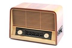 Gammal radio, med 60 år av det sista århundradet, på en vit bakgrund Arkivbilder