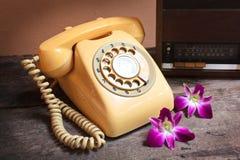 Gammal radio och retro telefon Arkivfoto