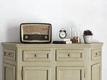Gammal radio på serveringsbordet i vardagsrumet Royaltyfri Bild