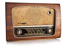 Gammal radio på vit bakgrund Royaltyfri Foto