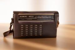 Gammal radio Sokol-403 med läderfallet i naturligt ljus royaltyfria foton