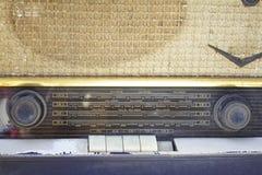 Gammal radio som är forntida på vit bakgrund royaltyfri bild