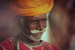 Gammal Rajasthani man mot bakgrunden av hans kamel Arkivbilder