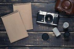 Gammal rangefindertappning och retro fotokamera med tappningfärgeffekt Arkivfoton