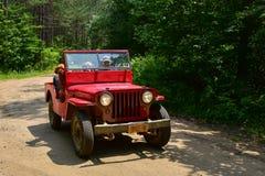Gammal röd jeep Arkivfoto