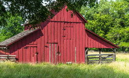 Gammal röd ladugård på en Amish lantgård Fotografering för Bildbyråer