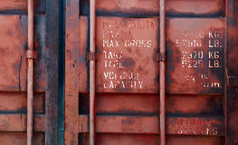 Gammal röd sändningsbehållaredörr med text Royaltyfri Bild
