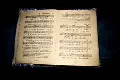 Gammal religiös psalmbok arkivbilder