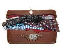 Gammal resväska av brun färg med ett metalllås som isoleras på whit Arkivbild
